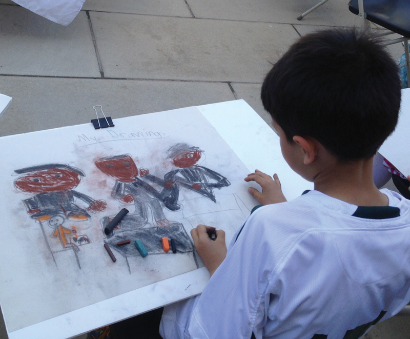 child drawing at heckscher museum